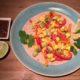 Tortilla met scrambled eggs, hamblokjes, paprika, gele ui en avocado