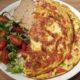 Heerlijke maaltijd omelet met champignons, paprika, ui, hamblokjes en kaas